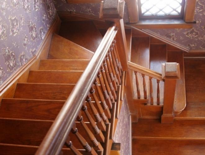 les escaliers en bois chics et classiques. Black Bedroom Furniture Sets. Home Design Ideas